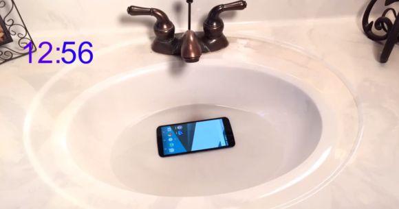 141202-nexus-6-water-test