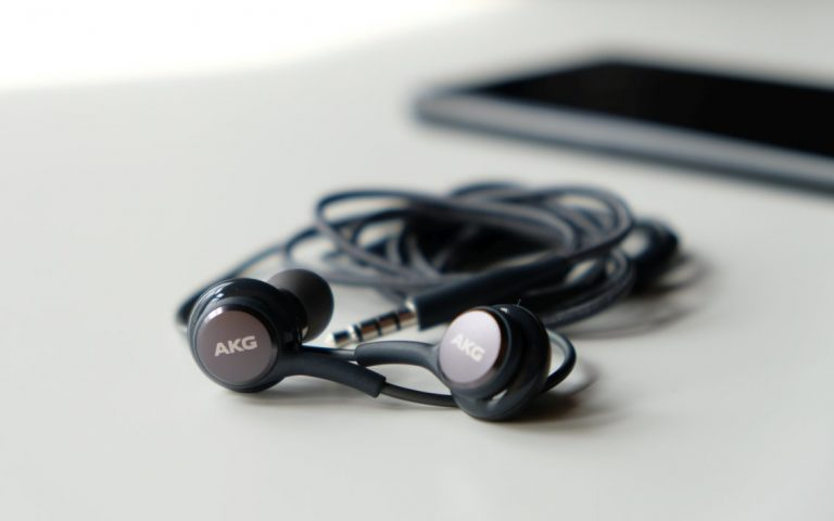 The Samsung Galaxy S9 might come bundled with wireless AKG headset